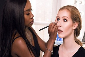 Unsere Make-up Schule bietet Theorie und Praxis in einem