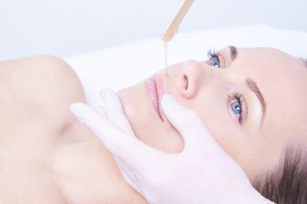 Lernen Sie in der Haarentfernung Schulung die Entfernung von Haaren mit Warmwachs