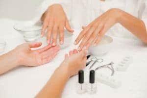 Belegen Sie einen der Manikür- und Pedikürkurse an unserer Kosmetikerin Schule